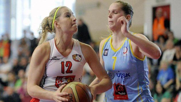 Královéhradecká basketbalistka Klára Rosenbaumová (vlevo) a Alena Hanušová z USK Praha během druhého finálového zápasu play off.