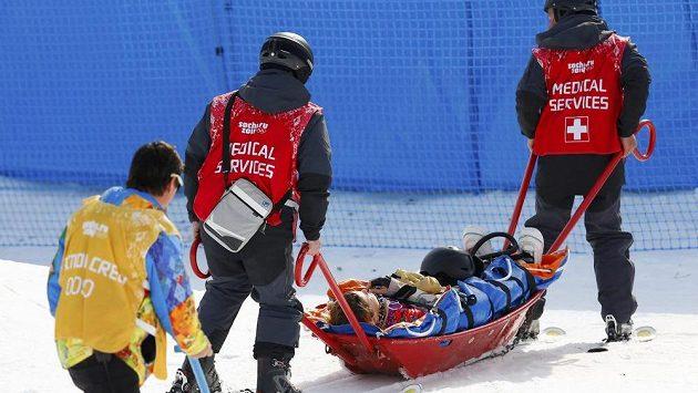 Jedna z obětí olympijského Extreme Parku Jacqueline Hernandezová z USA opouští závodiště na nosítkách.