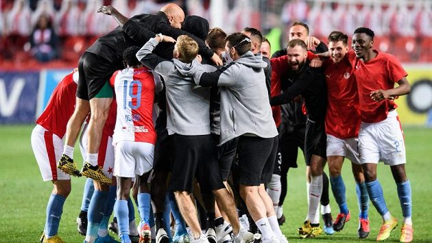 Tým Slavie Praha oslavuje zisk mistrovského titulu.