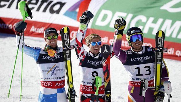 Zleva v kombinaci třeti Američan Ted Ligety, vítězný Rakušan Marcel Hirscher a druhý Kjetil Jansrud z Norska.