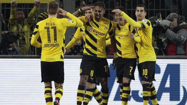 Útočník Dortmundu Pierre-Emerick Aubameyang (třetí zprava) slaví gól proti Mohuči v předehrávce 21. kola bundesligy.