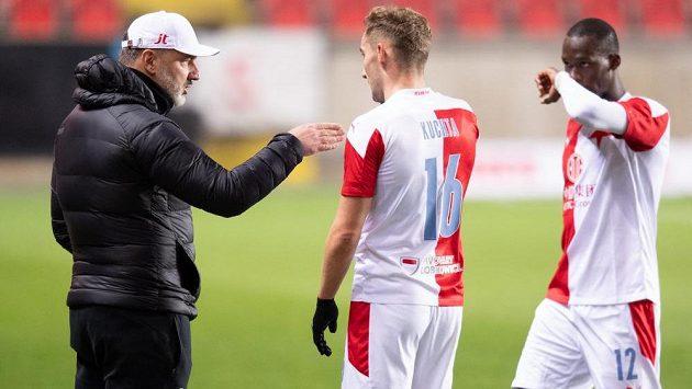 Trenér Slavie Praha Jindřich Trpišovský, Jan Kuchta a Abdallah Sima během utkání s Bohemians