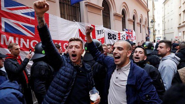 Angličtí fanoušci v Praze před kvalifikačním zápasem s Českou republikou.