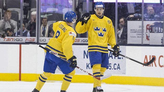 Švéd Adrian Kempe (vpravo) slaví gól s Gustavem Forslingem - ilustrační foto.