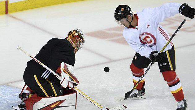 Gólman Calgary David Rittich (33) a Glenn Gawdin (42) při tréninku.
