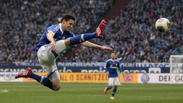 Julian Drexler ze Schalke zpracovává míč.