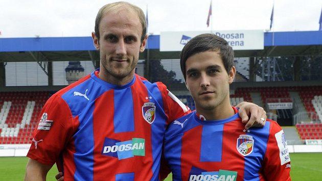 Nové posily Plzně Michal Hubník (vlevo) a Martin Pospíšil pózují v dresu Viktorie.