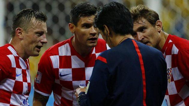 Fotbalisté Chorvatska Ivica Olič (vlevo), Dejan Lovren (uprostřed) a Nikica Jelavič protestují proti nařízené penaltě. Zády stojí japonský rozhodčí Jujči Nišimura.