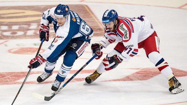 Finský útočník Jonas Endlund (vpředu) a český útočník Tomáš Filippi během utkání turnaje Channel One Cup.