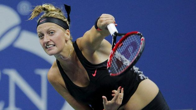 Petra Kvitová servíruje v zápase o čtvrtfinále s Johannou Kontaovou z Velké Británie.