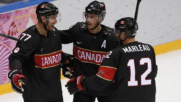 Kanadský útočník Jeff Carter (zcela vlevo) slaví se spoluhráči Jonathanem Toewsem (uprostřed) a Patrickem Marleauem gól v síti Rakouska.
