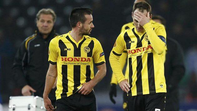 Raphael Nuzzolo (vlevo) a Steve von Bergen z Bernu po prohře s Evertonem.