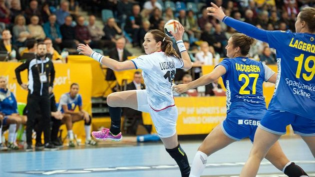 Iveta Luzumová v souboji se švédskou obranou.