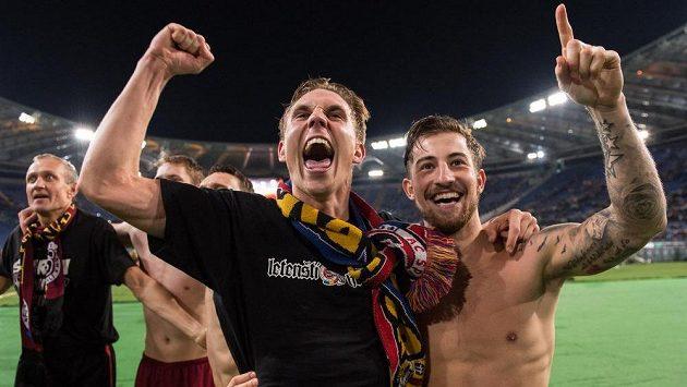 Bořek Dočkal (vlevo) a Lukáš Vácha se na Olympijském stadiónu v Římě radují z postupu Sparty do čtvrtfinále Evropské ligy.