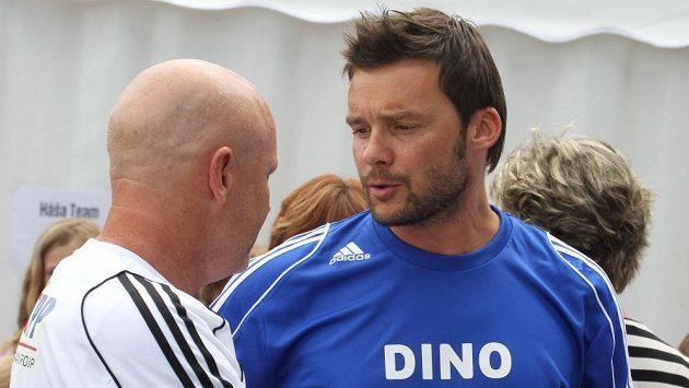 Bývalá česká reprezentační hvězda Marek Jankulovski (vpravo) v rozmluvě s Ivanem Haškem.