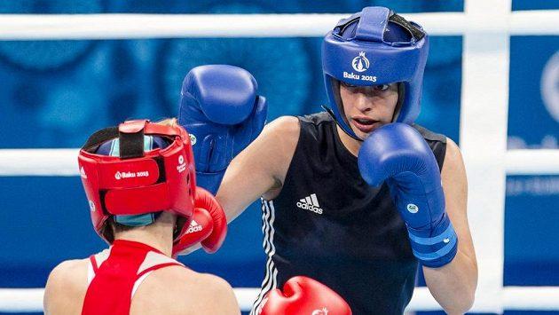 eská boxerka Martina Schmoranzová (vpravo) a Anastasie Beljakovová z Ruska.