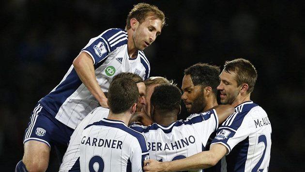 Fotbalisté West Bromwiche se radují z gólu proti Chelsea.
