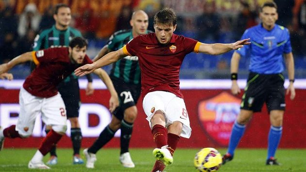 Adem Ljajič z AS Řím proměňuje penaltu v zápase 14. kola italské ligy proti Sassuolu.