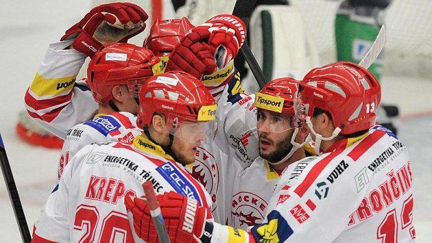 Hráči Třince se radují z prvního gólu proti Mladé Boleslavi. Vlevo je jeho autor, útočník Kamil Kreps.