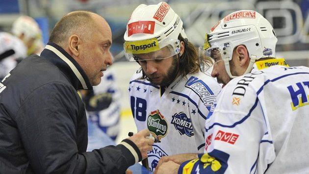Trenér Komety Vladimír Kýhos uděluje pokyny obráncům Janu Hanzlíkovi (uprostřed) a Jozefu Kováčikovi během druhého čtvrtfinálového duelu se Zlínem.