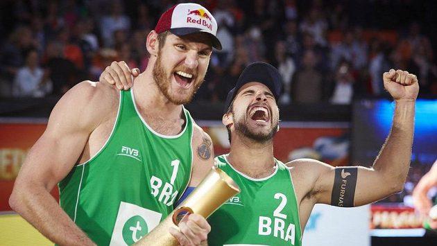 Brazilci Alison Cerutti (vlevo) a Bruno Schmidt se stali mistry světa v plážovém volejbalu.