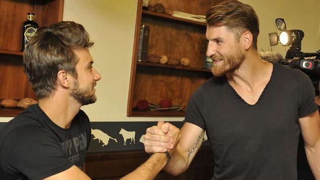Jakub Nakládal (vpravo) se zdraví s brankářem Petrem Mrázkem.