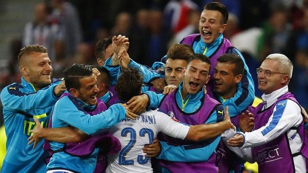 Obrovská radost italské lavičky po vedoucím gólu Emanuela Giaccheriniho.