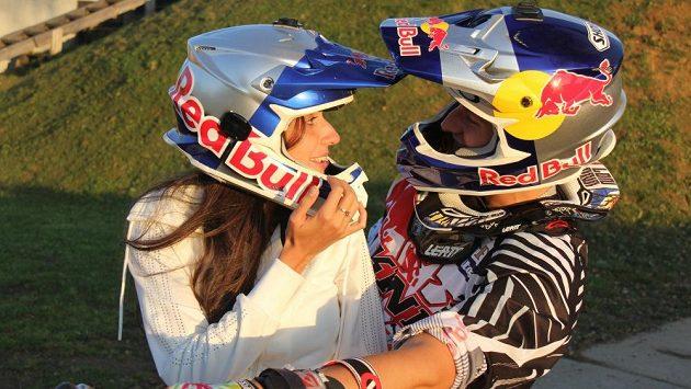 Petr Pilát už svoji přítelkyni do tajů freestyle motokrosu zasvětil.