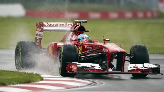 Fernando Alonso se vým vozem ferrari na okruhu v Montrealu.