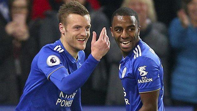 Kanonýr Leicesteru Jamie Vardy (vlevo) oslavuje se spoluhráčem Domingosem Ricardem Pereirou gól v síti Brightonu.