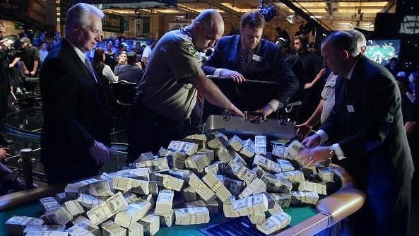 V létě se ve Vegas na WSOP odehraje nejdažší turnaj všech dob. Tony G rozbil prasátko a těší se na platinový náramek.