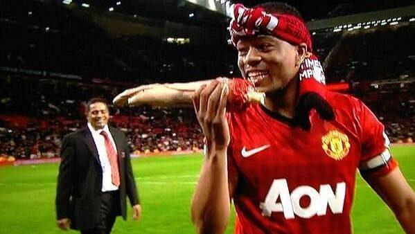 Patrice Evra se zakousnul do umělé ruky... Obránce United parodoval útočníka Liverpoolu Luise Suáreze.