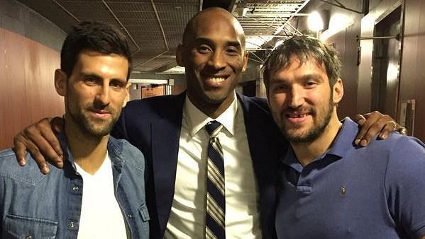 Tři sportovní esa v družném objetí - (zleva) tenista Novak Djokovič, basketbalista Kobe Bryant a hokejista Alexander Ovečkin.