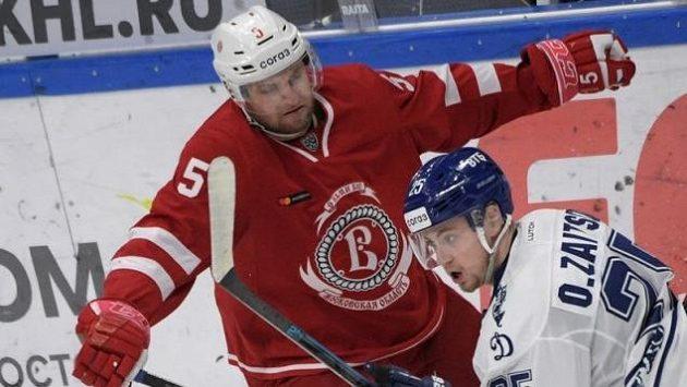 Český hokejista Jakub Jeřábek (vlevo)byl vyhlášen nejlepším obráncem týdne v Kontinentální lize