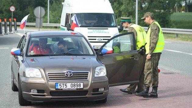 Členové polské pohraniční stráže na přechodu Chalupki kontrolují fanoušky mířící na Euro 2012. Tipují si hlavně ozdobená auta a vozy cizinců.