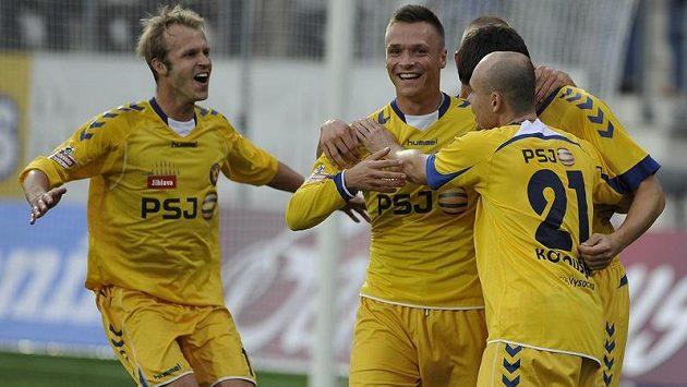 Jihlavští hráči (zleva) Lukáš Vaculík, Stanislav Tecl a Václav Koloušek se radují z gólu.