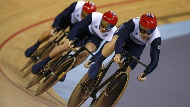 Britští dráhoví cyklisté Chris Hoy, Jason Kenny a Philip Hindes na trati olympijského sprintu