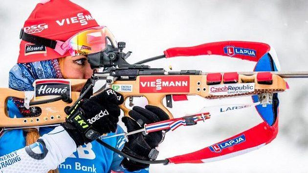 Gabriela Koukalová na střelnici při stíhacím závodu SP v Oberhofu.