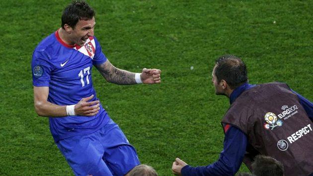 Chorvat Mario Mandžukič se raduje z gólu proti Irsku na EURO 2012
