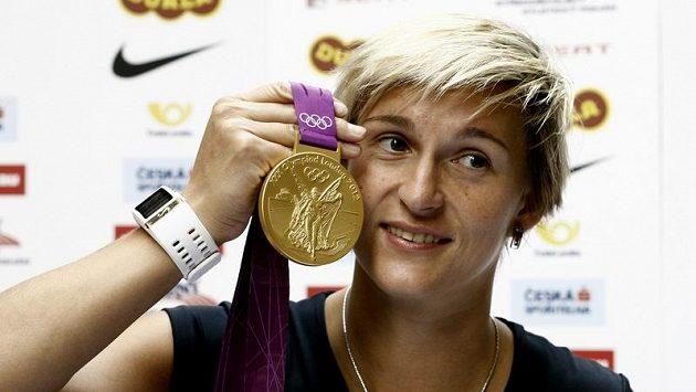 Barbora Špotáková se zlatou medailí z olympijských her v Londýně.
