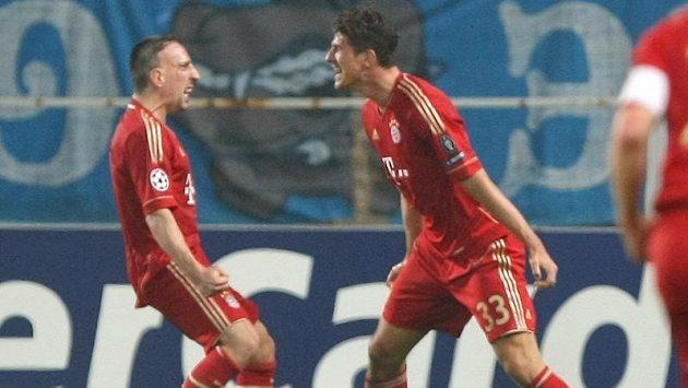Mario Gomez a Franck Ribery se radují z gólu v úvodním čtvrtfinále Ligy mistrů v Marseille