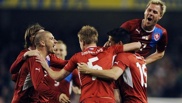 Čeští fotbalisté oslavují v Dublinu gól Milana Baroše