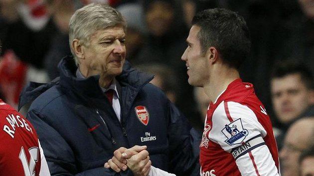 Všechno zapomenuto, jako by vyjadřovalo gesto Van Periseho a trenéra Wengera.