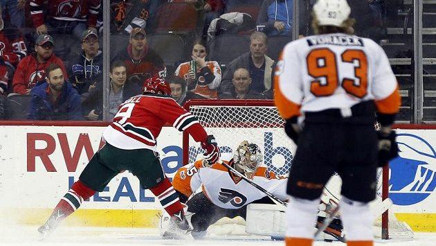 Taylor Hall z New Jersey Devils překonává gólmana Philadelhpie. Steve Mason na starou známou kličku nestačil. Z dálky vše pozoroval Jakub Voráček.