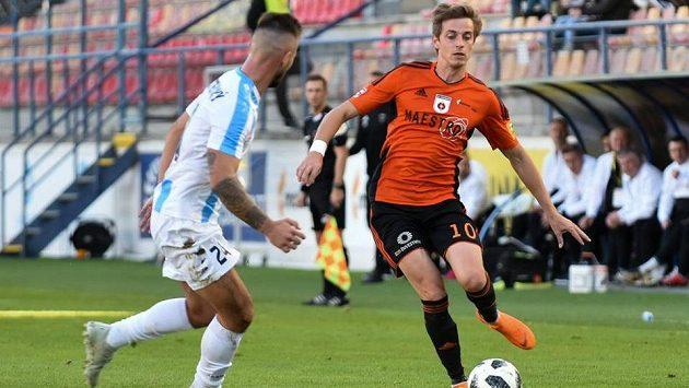 Filip Twardzik přihrává míč před dotírajícím Tomášem Vestenickým z Nitry.