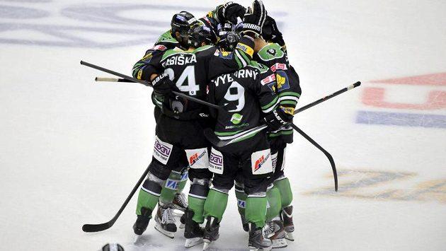 Radost hokejistů Boleslavi z druhého gólu na zlínském ledě.