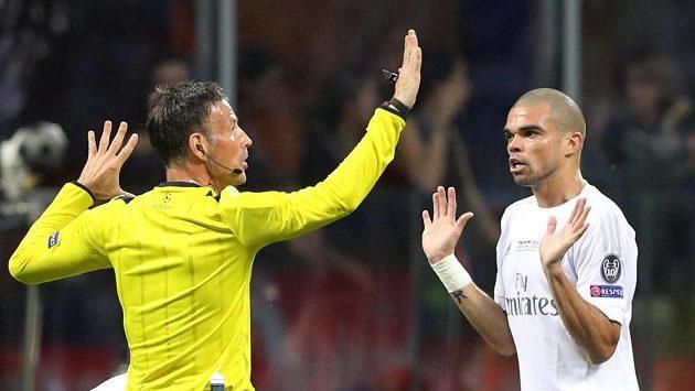 Já nic! Pepe naznačuje sudímu Clattenburgovi, že si kartu nezaslouží.