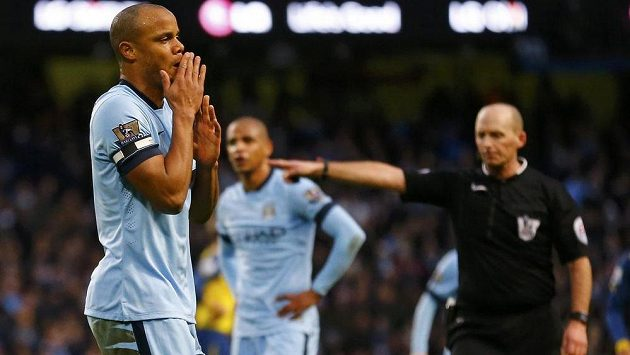 Kapitán Manchesteru City Vincent Kompany se diví krátce poté, co sudí Mike Dean odpískal jeho faul a Arsenal následně proměnil pokutový kop.