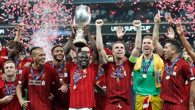 Hráči Liverpoolu s trofejí.