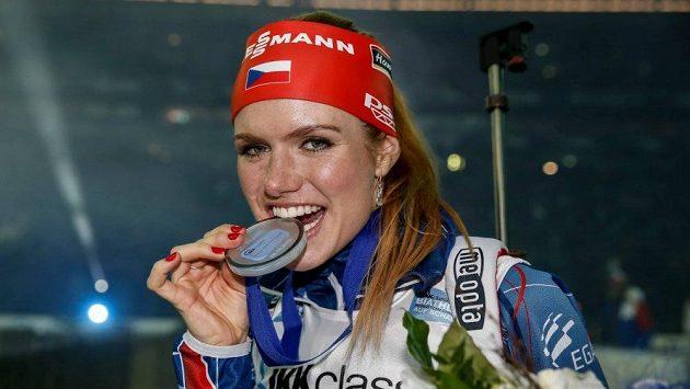 Gabriela Soukalová s medailí za druhé místo v exhibici v německém Gelsenkirchenu.